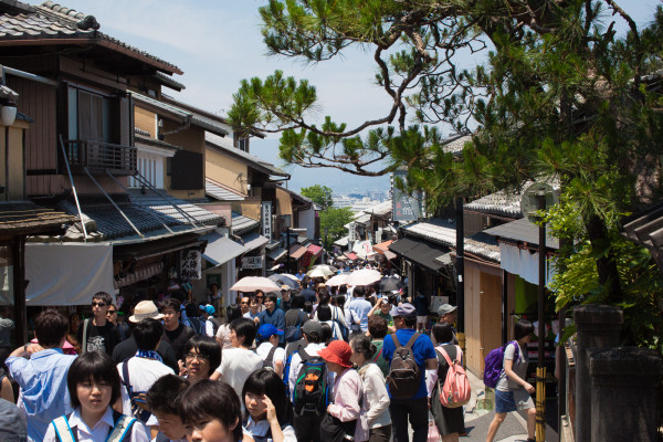 Check ot those crowds on the way to Kiyomizu-dera temple